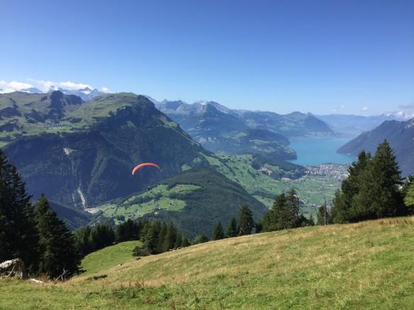 Gleitschirm über Talkessel von Schwyz